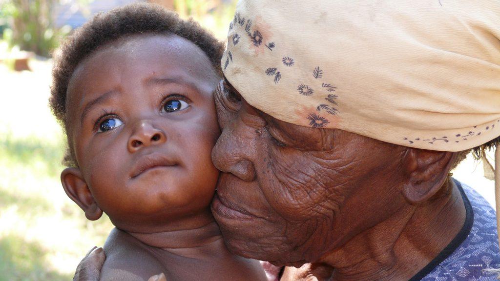 Großmutter mit einem Waisenkind - Hand in Hand e.V. Wiesbaden (c)