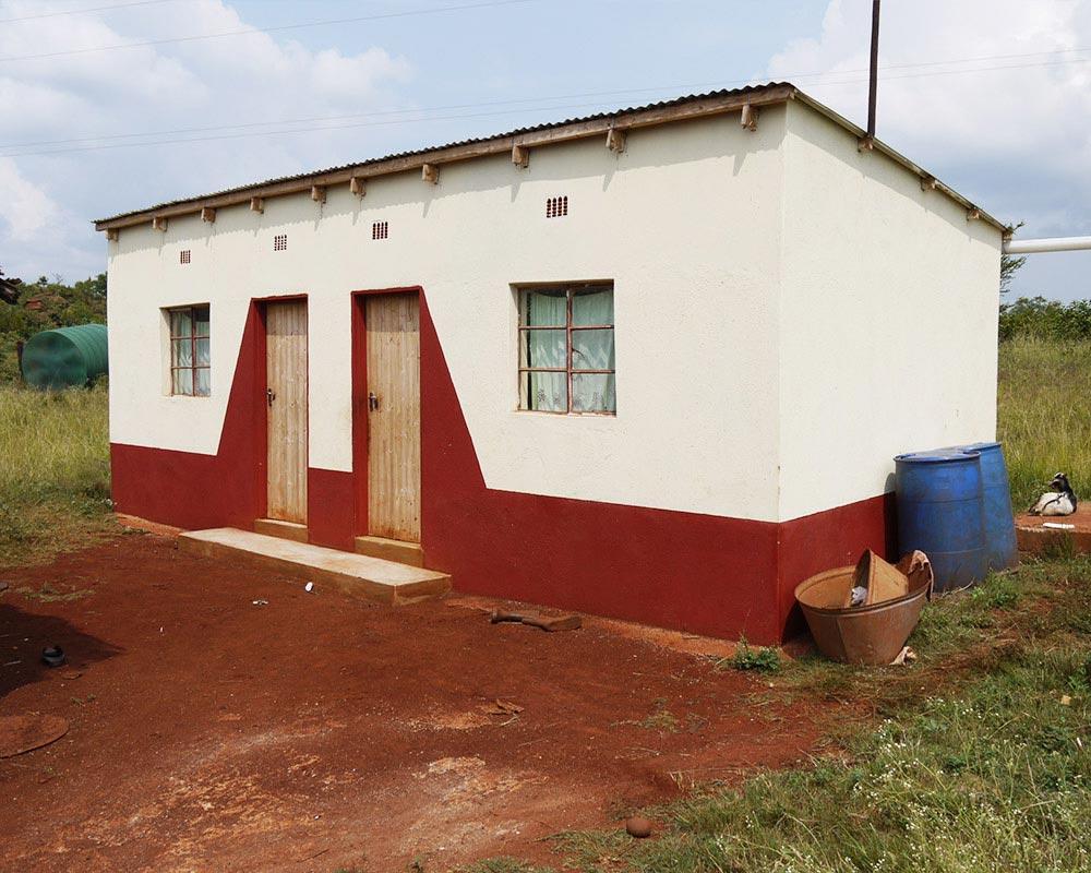 Haus gebaut von der Hilfsorganisation Hand in Hand e.V. Wiesbaden mit Spenden für die Hilfsprojekte in Afrika